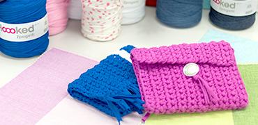 ズパゲッティの定番アイテム、クラッチバッグの編み方をご紹介します。かぎ編みの基本となる「くさり編み」と「こま編み」で編んでいきます。